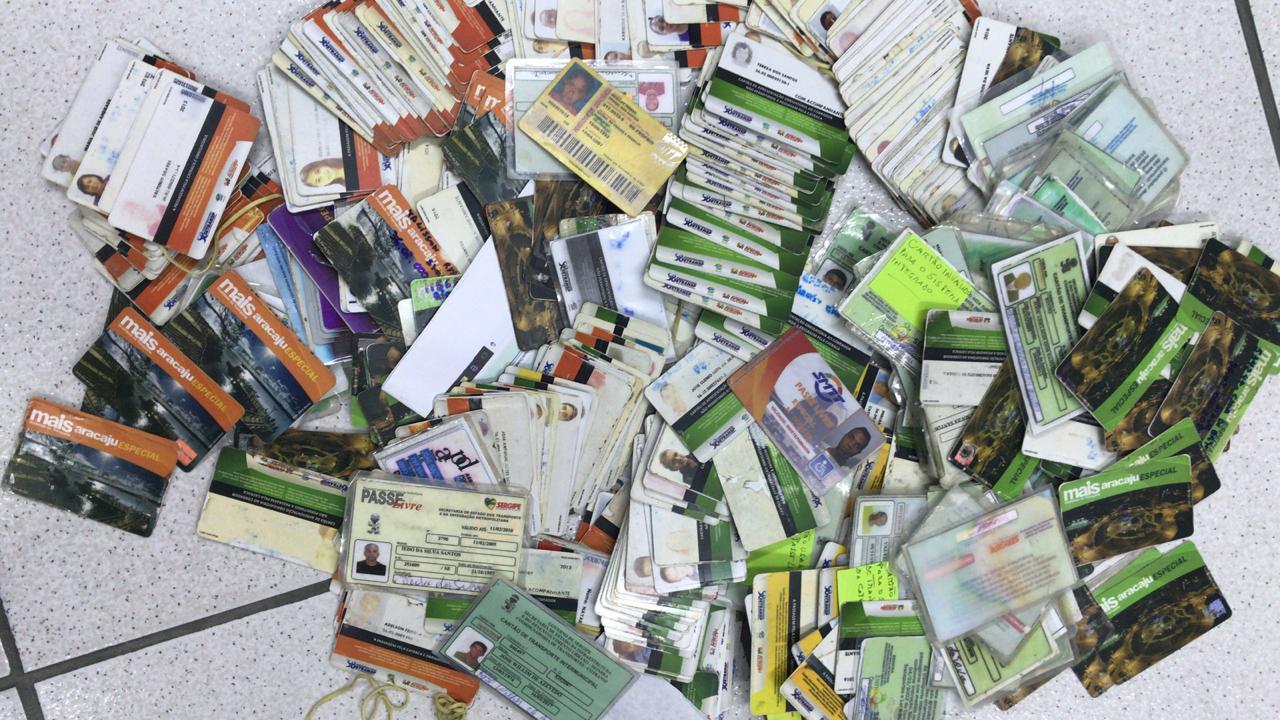 diversos cartões falsificados espalhados